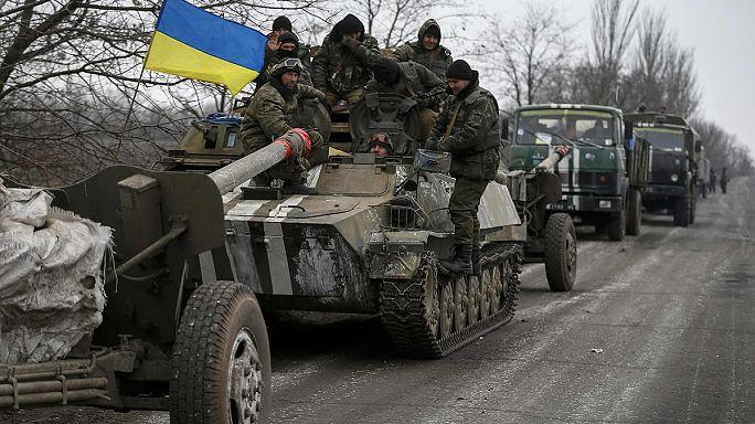 طرفا النزاع في شرق أوكرانيا يسحبان آلياتهما الثقيلة من خطوط الجبهة