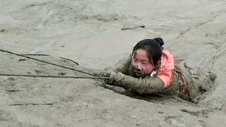Cina, vigili del fuoco salvano una ragazza dalla morsa del fango