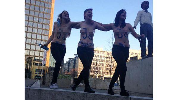Βερολίνο: Γυμνόστηθες FEMEN υπέρ της Ελλάδας