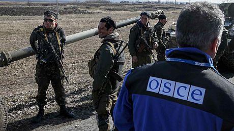Ukraine: fin de l'accalmie dans l'Est, retrait d'armes lourdes