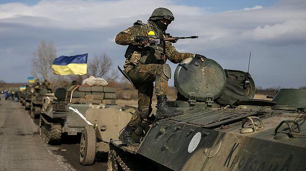 طرفا النزاع في أوكرانيا يسحبان الآليات الثقيلة من الجبهة
