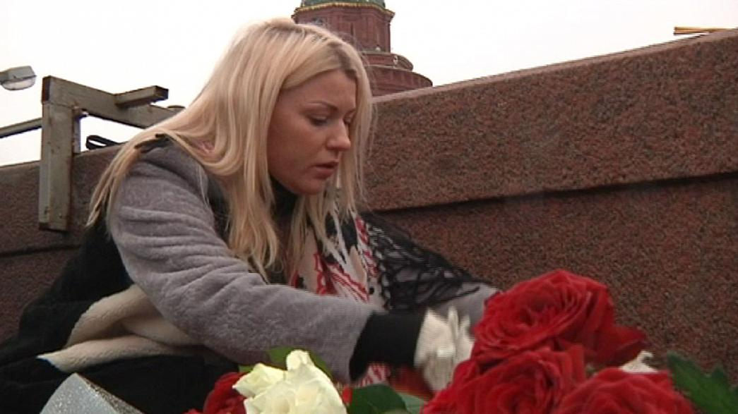 Flores sobre el río Moscova para rendir tributo a Borís Nemtsov