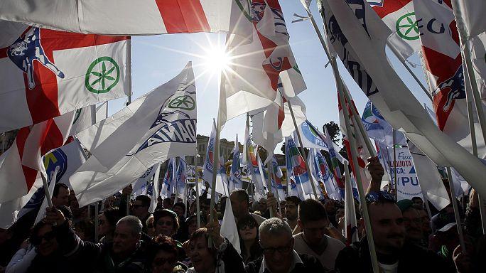 مظاهرتان في روما الاولى مناهضة لرنزي وسياسة الهجرة والثانية داعمة له