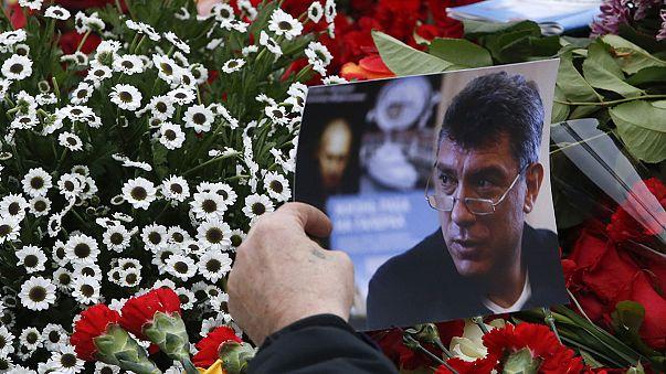 """شموع وزهورفي الجسرالكبير وسط موسكو حيث أُغتيل زعيم المعارضة """"بوريس نيمتسوف"""""""