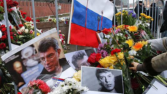 Russia: floral tributes pile up at Nemtsov murder scene
