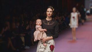 Mamataugliche, knallbunte und fernöstliche Looks auf der Mailänder Fashion Week