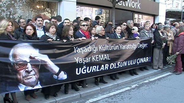 Τουρκία: Θρήνος στην κηδεία του σπουδαίου λογοτέχνη Γιασάρ Κεμάλ