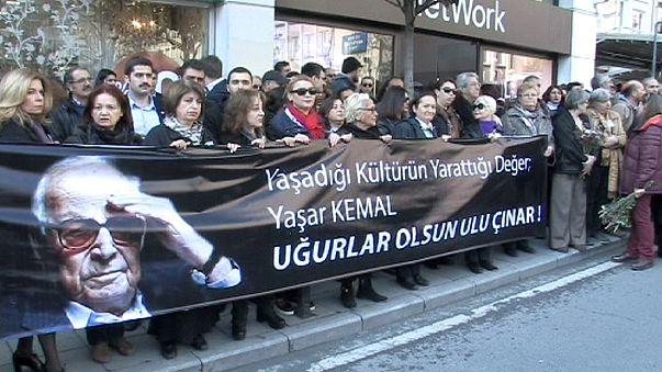 Una marea humana acompaña el ataúd de Yasar Kemal