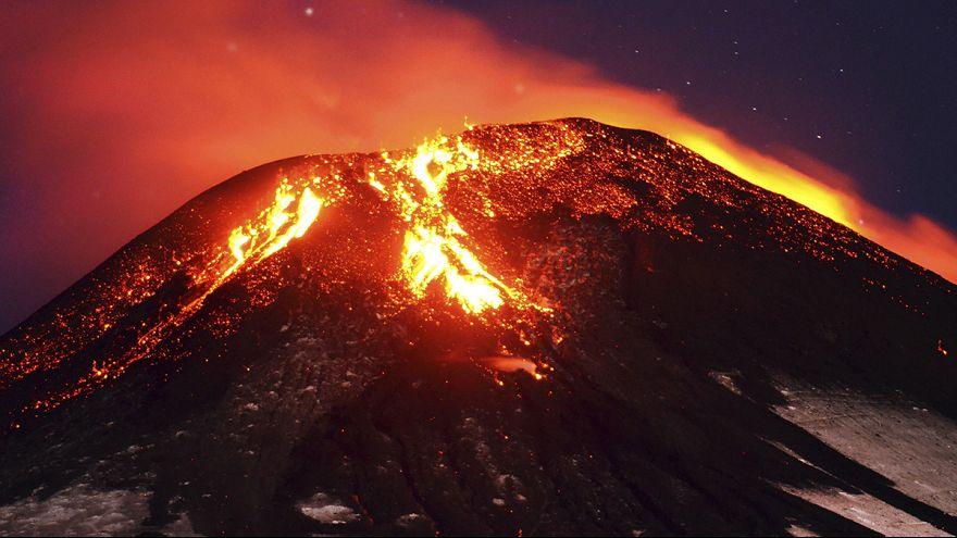 Lavamassen fließen aus Villarrica-Vulkan in Chile