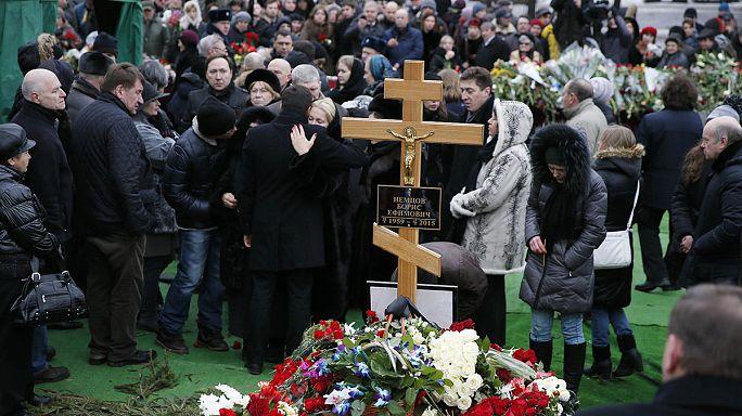آلاف الأشخاص يشيعون جثمان المعارض الروسي نيمتسوف