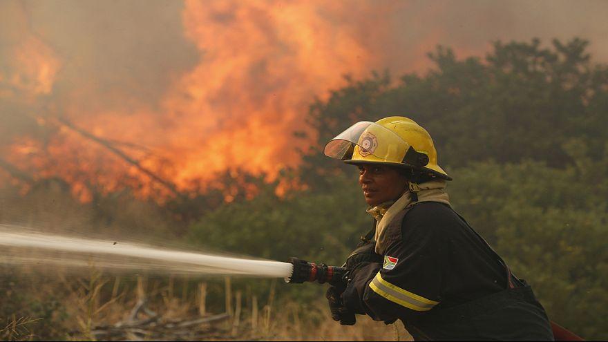 حريق يندلع في مناطق سكنية بكيب تاون