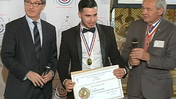 اعطای مدال بهترین کارآموز نجاری فرانسه به مهاجر غیرقانونی آلبانیایی