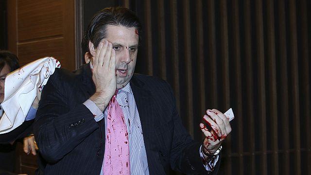Késsel támadtak az amerikai nagykövetre Szöulban