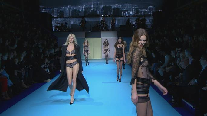 La lingérie ETAM envahi la piscine Molitor pour la Paris Fashion Week