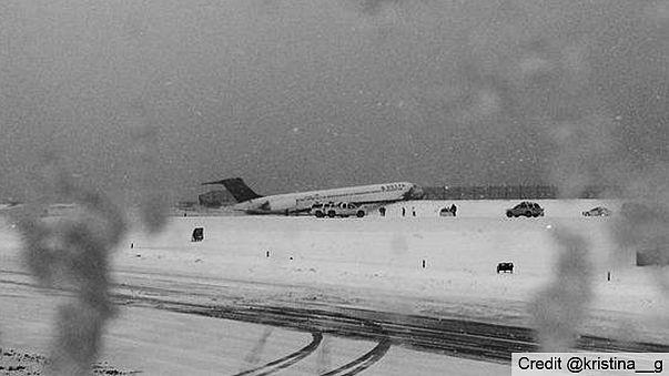 New York'ta yolcu uçağı pistte kaydı