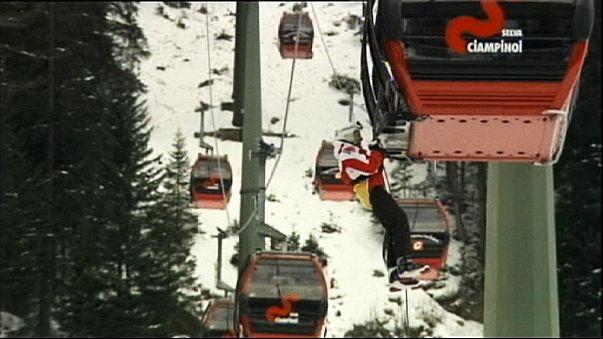 Dos centenares de esquiadores atrapados en un teleférico en Italia