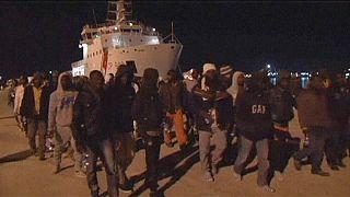 خمسون قتيلا على الأقل في غرق سفينة مهاجرين قبالة السواحل الإيطالية
