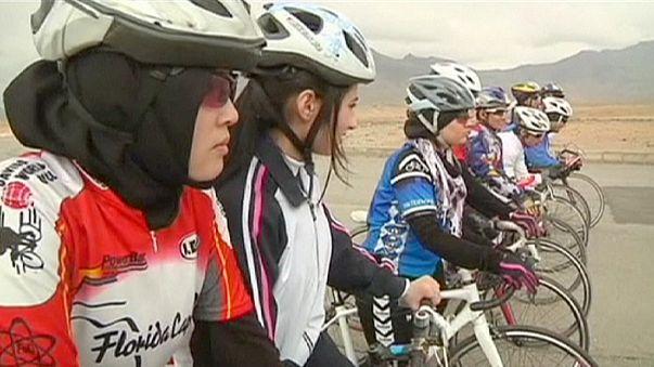 Afganistanlı kadın bisikletçiler özgürlüğe pedal çeviriyor