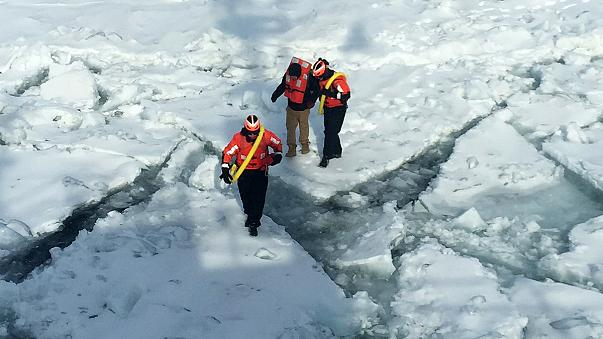 Etats-Unis : un homme risque sa vie en traversant un lac gelé