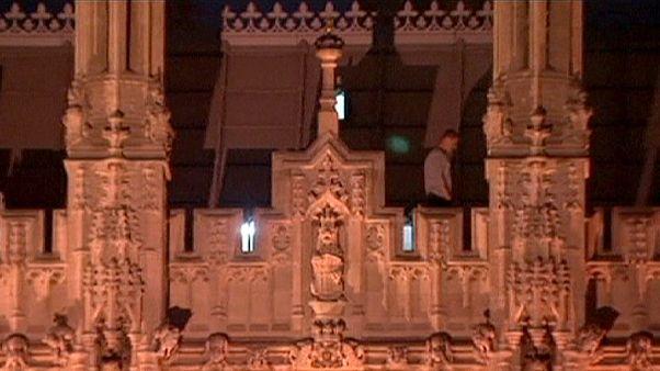 London: Nachtwandler steigt Parlament aufs Dach