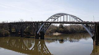 USA: hömpölygő tömeg a selmai hídon