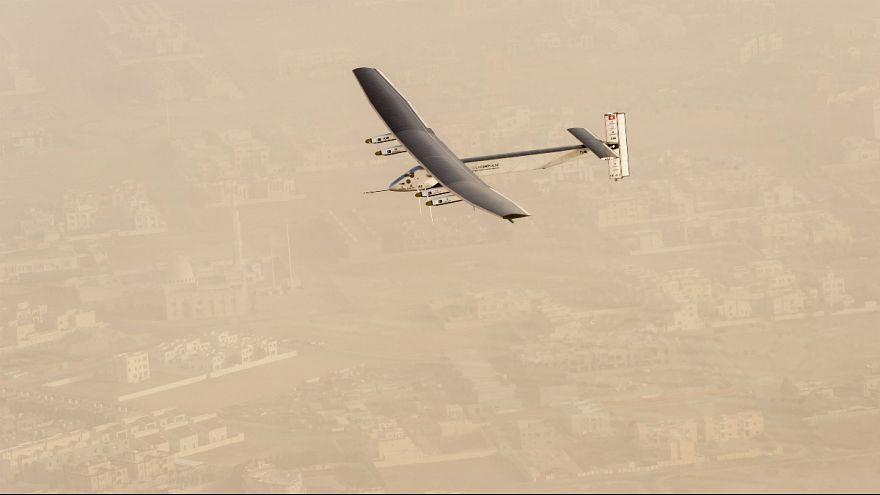 O avião solar está no ar