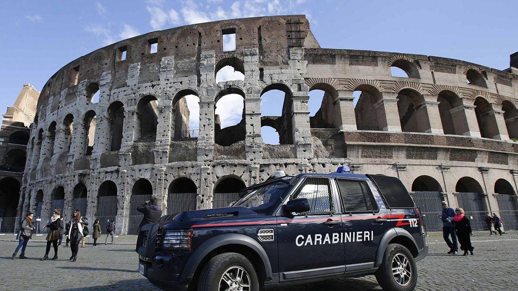 Roma: turistas apanhadas em flagrante no Coliseu