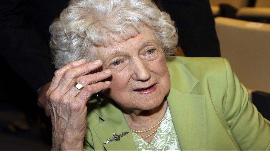 شقيقة طيار بريطاني تتسلم خاتمه الذهبي بعد سبعين سنة