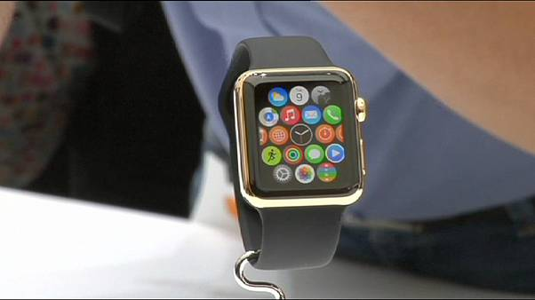 """Apple выводит на рынок """"умные часы"""""""