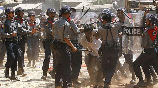 Myanmar'da öğrenciler polisle çatıştı