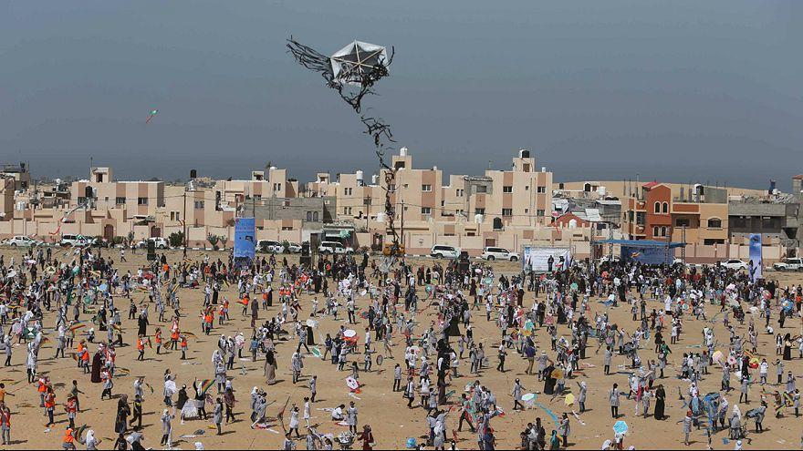 اطفال فلسطينيون يطيرون طائرات ورقية لإحياء كارثة فوكوشيما