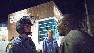 Két rendőrre lőttek Fergusonban