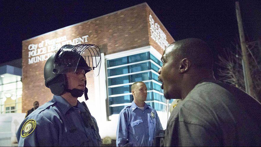 Φέργκιουσον: Πυρά σε διαδήλωση - Δύο αστυνομικοί τραυματίες