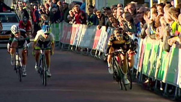 Cyclisme : un spectateur provoque la chute d'une cycliste