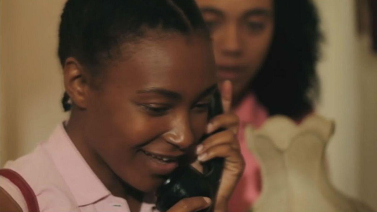 """""""Por aqui tudo bem"""": um filme tocante sobre o exílio de duas irmãs angolanas"""