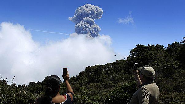 Costa Rica vigila de cerca al volcán Turrialba y su presidente cancela su gira por Europa