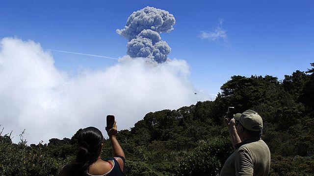 """Вулкан """"Турриальба"""" заставил президента Коста-Рики отложить европейское турне"""