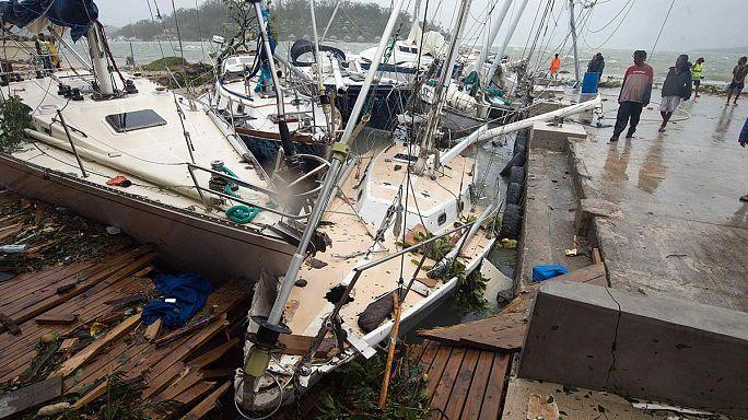 A segélymunkások is döbbenten nézik a pusztítást Vanuatu szigetein