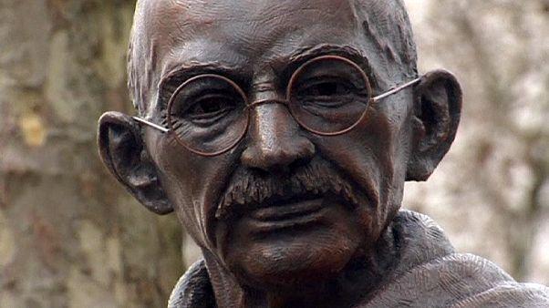 Szobrot állítottak Gandhinak Londonban