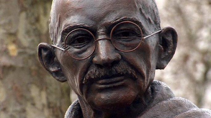 تمثال لمهاتما غاندي في ساحة البرلمان وسط لندن