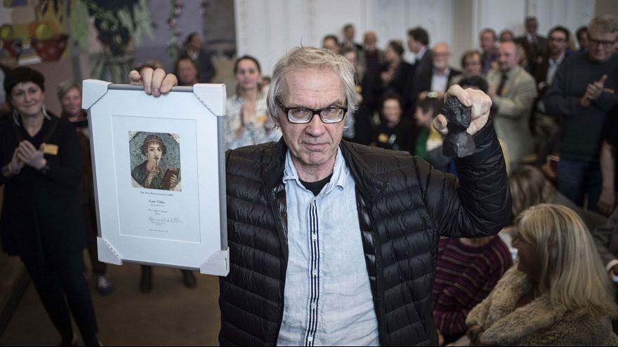 رسام الكاريكاتير لارس فيلكس يتلسم جائزة الشجاعة في الدنمارك