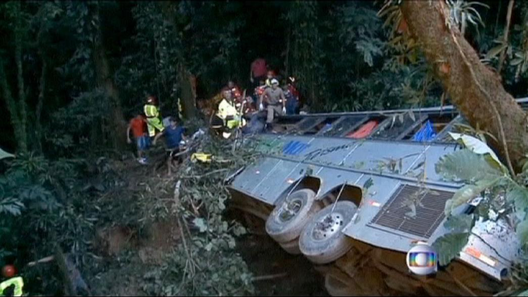 Brasile: bus di pellegrini precipita in un burrone, almeno 50 i morti