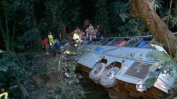 مقتل 49 شخصا على الأقل في حادث سقوط حافلة في فج عميق في البرازيل