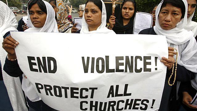 14 قتيلا و70 جريحا في هجوم انتحاري على كنيستيْن في باكستان