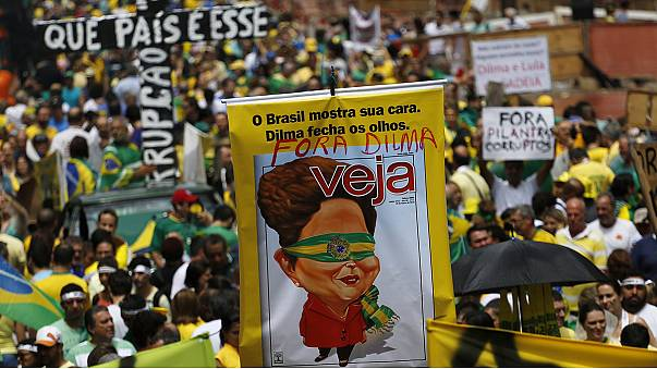 Cientos de miles de brasileños protestan contra la presidenta brasileña Dilma Rousseff