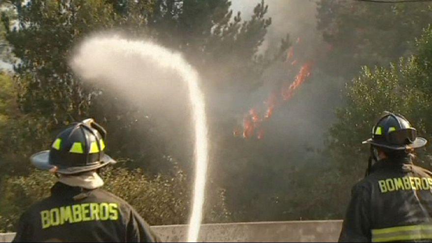Cile, vigili del fuoco al lavoro per spegnere fiamme a Valparaiso