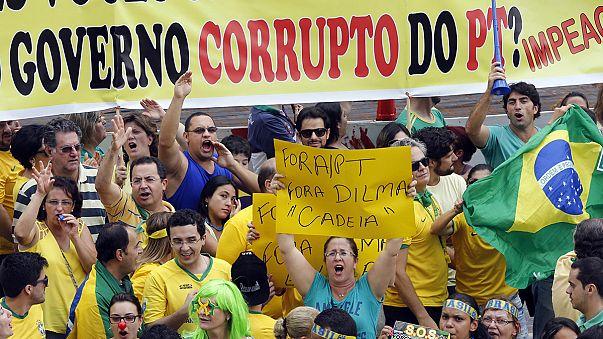 Brasile: 1,5 milioni in strada contro Rousseff