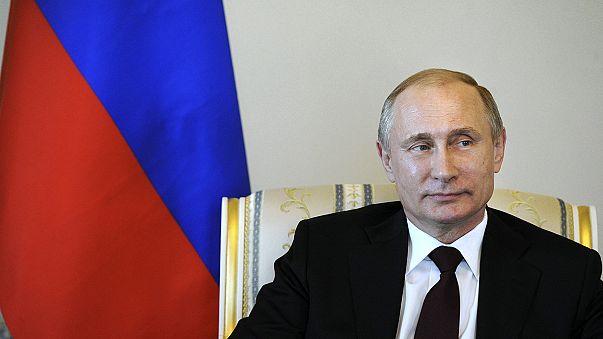 """Putin di nuovo in pubblico. Una tv: """"Fermo per l'influenza"""""""