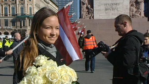 Défilé de Lettons ayant combattu aux côtés des SS à Riga