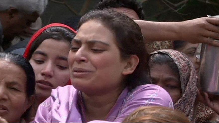حداد باكستانيين على ضحايا تفجيرين في كنيستين